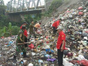 Koramil 15/Jatirejo Bersama Elemen Masyarakat Karya Bakti Bersihkan Sungai