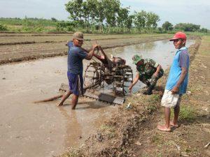 Babinsa Batankrajan Dampingi Petani Pengolahan Lahan