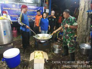 Koramil 0815/03 Sooko Kerahkan Personel Di Lokasi Banjir Desa Tempuran