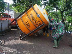 Kodim 0815/Mojokerto Bersama BPBD Pasang Tandon Penampungan Air Bersih Di Desa Tempuran