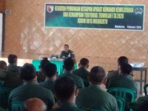 Perwira Seksi Pembinaan Perlawanan Wilayah ajak Prajurit Kodim 0815/Mojokerto Baik - baik dengan rakyat.