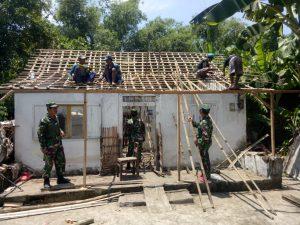 Koramil Trowulan Bersama Pemdes Panggih Benahi Rumah Mbah Saman