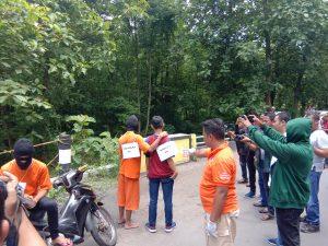Pelaku Pembunuhan Ardyo Dan Rekruntruksi Di Gelar Polresta Mojokerto Di Jembatan Gumul Alas Kemlagi