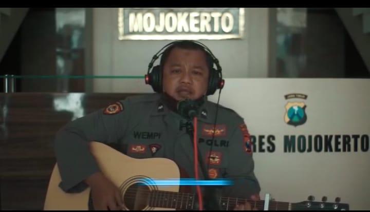 Anggota Polres Mojokerto Ciptakan Lagu Berjudul Bersama Melawan Virus Corona Di Gemari Masyarakat