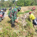 Prajurit Koramil 0814/10 Mojoagung Bersama Warga Membuat Saluran Irigasi