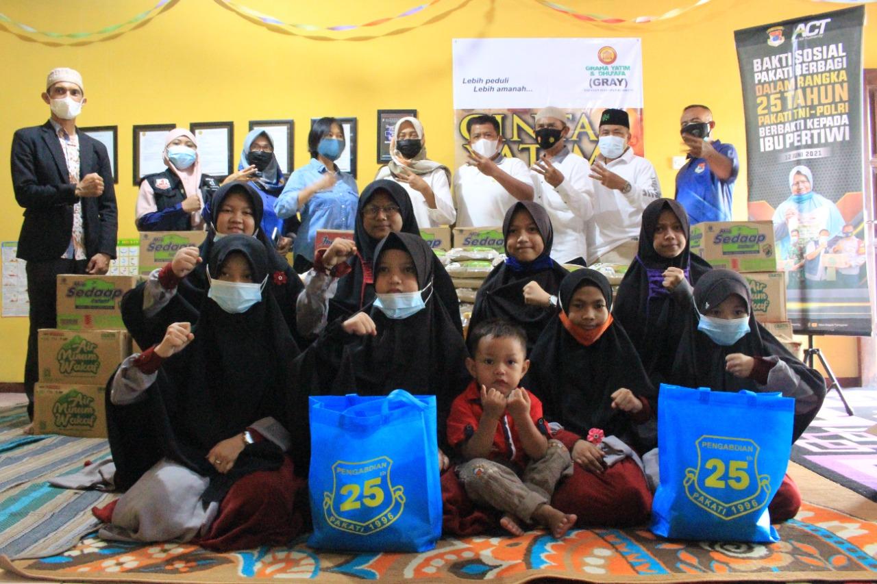 Distribusi paket pangan berupa beras wakaf, air minum wakaf, mie instan, minyak dan gula untuk anak-anak yatim dan dhuafa di Surabaya.